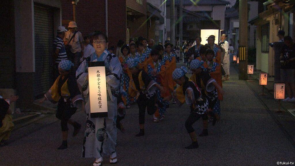港町を彩る伝統の踊り 三國湊「帯のまち流し」