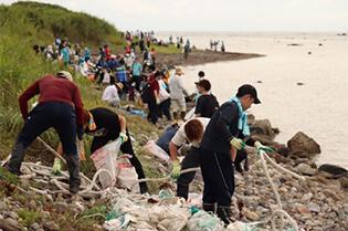 県内の大学生も巻き込んだ、山形県海岸清掃活動