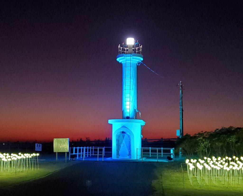 冬の灯台を幻想的にライトアップ