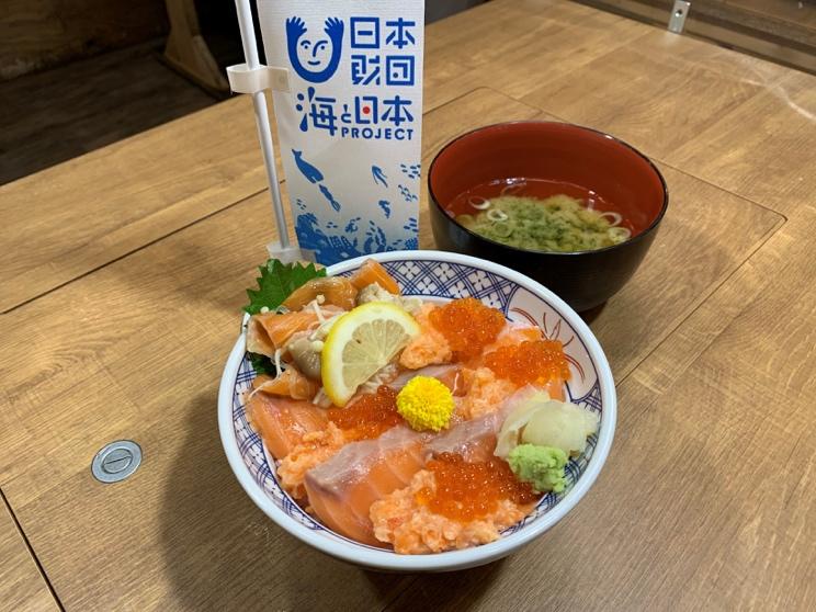 海と信州サーモン4色丼 〜長野県産キノコのマリネ添え〜
