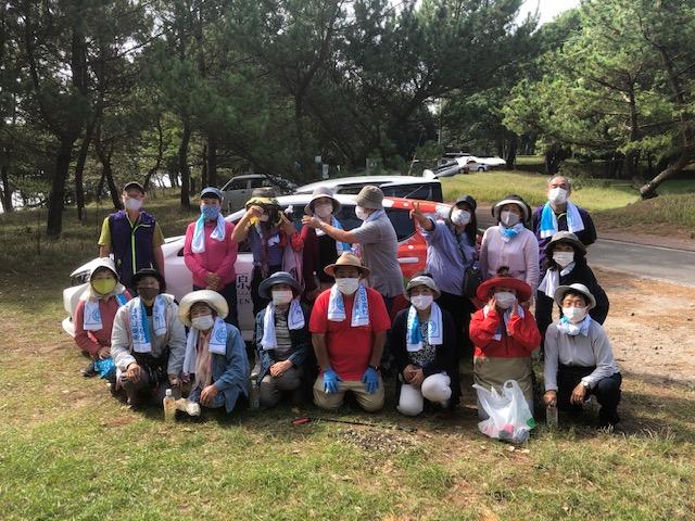 黒津崎海岸で一緒に清掃活動と環境授業